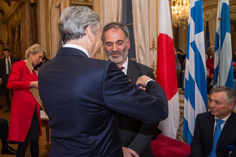 Ο βασιλιάς του Βελγίου χρίζει Ιππότη τον σεφ Κωνσταντίνο Ενρίκογλου! - Χρυσοί Σκούφοι