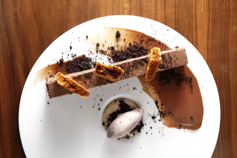 Biscuit σοκολάτας με αλμυρή καραμέλα και παγωτό από τον καρπό του κακάο