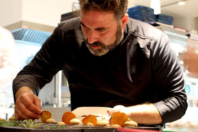 O sous chef του Μποτρίνι Τάσος Στεφάτος παίζει έξυπνα σε μια γκουρμέ gastro-pub - Χρυσοί Σκούφοι