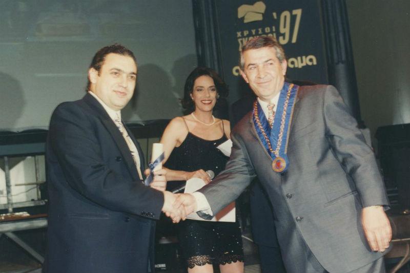 Το βραβείο του νεότερου ταλαντούχου chef από τον Νίκο Σαράντο, πρόεδρο του chef's club, στον Χριστόφορο Πέσκια (1997)