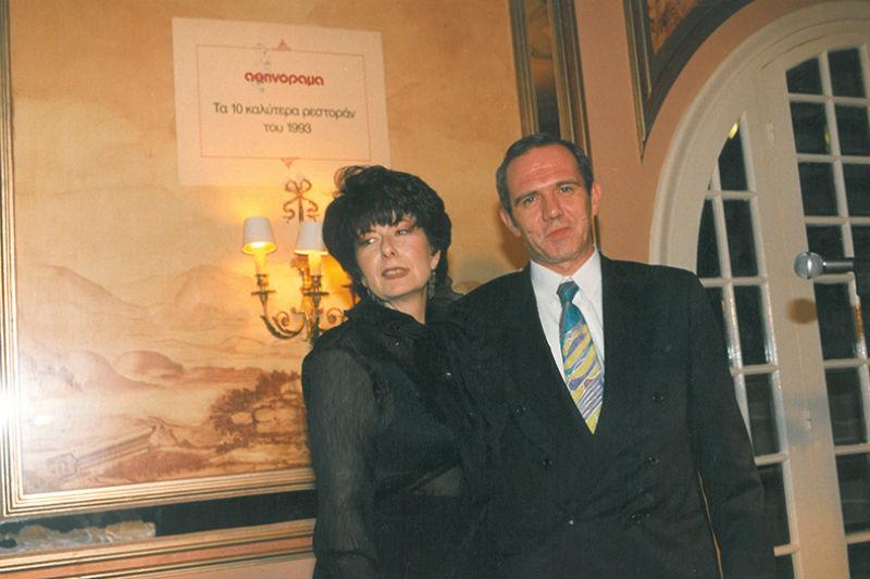 Η εκδότρια του «Αθηνοράματος» Άννη Ηλιοπούλου με τον Κλάους Φόγιερμπαχ καλύτερο σεφ της Ελλάδας το 1994