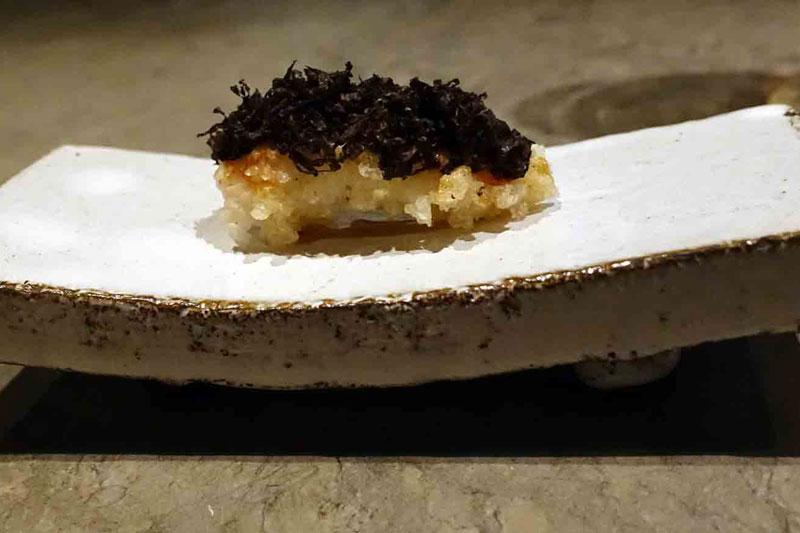 Τηγανητή καραβίδα με ζωμό από χοιρινή ουρά, μαύρη τρούφα από το Perrigord και crispy rice στο «Frantzen»