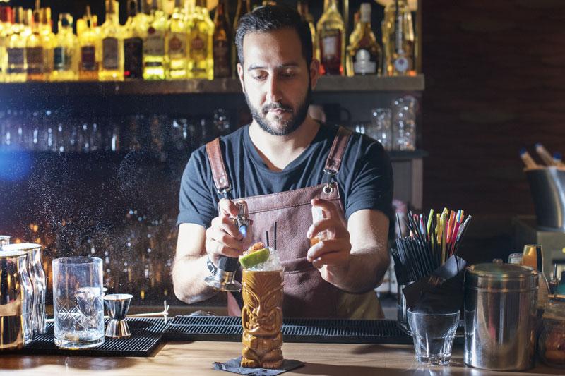 Ernest Hebrard, ένα cocktail bar για σινεφίλ  - Χρυσοί Σκούφοι