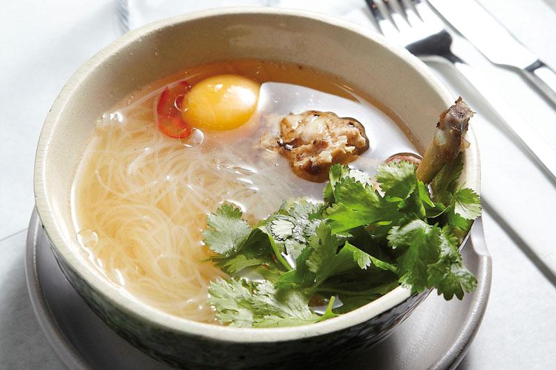 Βιετναμέζικη κοτόσουπα  με νουντλς στο «Nolan»