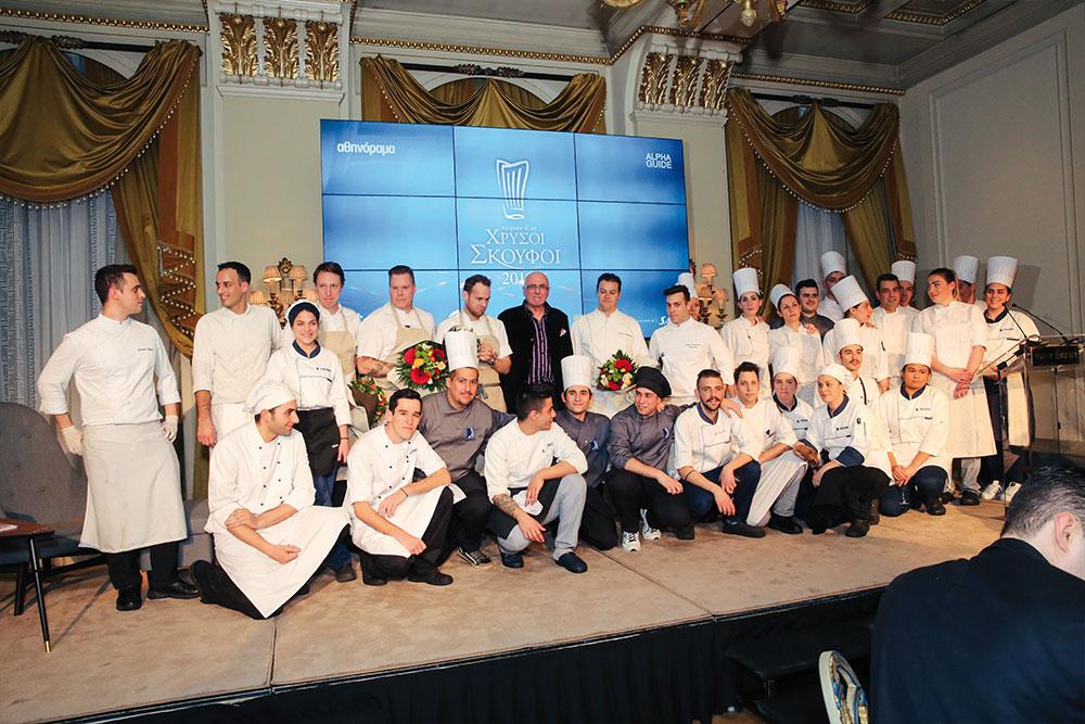 Ο Bjοrn Frantzen, οι δύο sous chefs του και η ομάδα των σεφ της «Μεγάλης Βρεταννίας» χειροκροτούνται από τους προσκεκλημένους στο τέλος του δείπνου. Μαζί τους ο γαστρονομικός συντάκτης του «αθηνοράματος» Δημήτρης Αντωνόπουλος