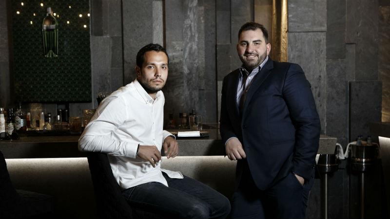 Ο bartender Κωνσταντίνος Αμανατίδης μαζί με τον δημιουργό των coctail του Oozora Σπύρο Κερκύρα