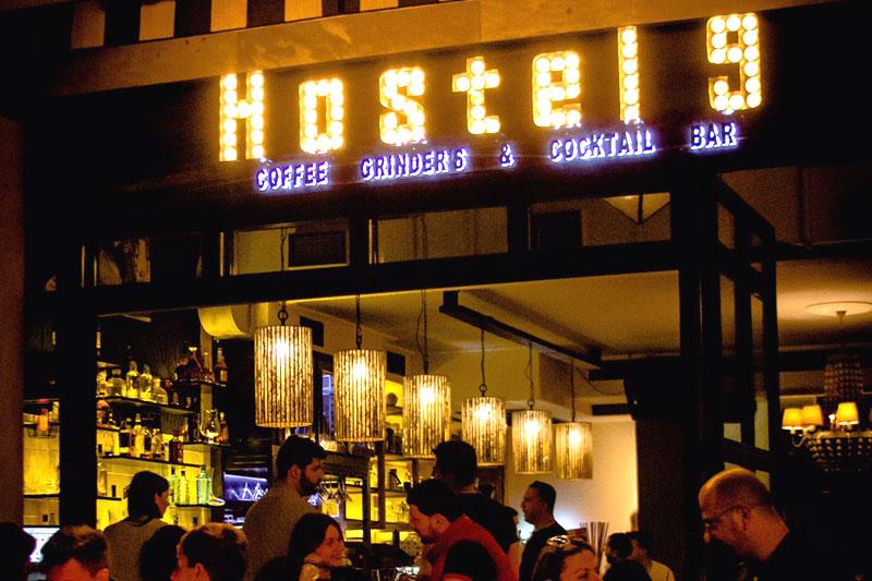 «Hostel 9» cocktail bar: η Άγρια Δύση στη Θεσσαλονίκη - Χρυσοί Σκούφοι