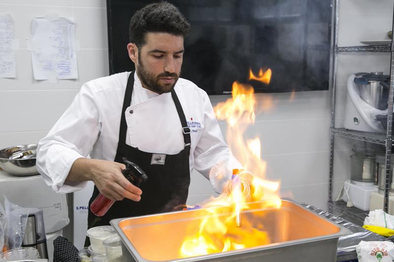 O Iσραηλινός Idan Peretz επί το έργον στην κουζίνα της Σχολής Bishulim, ετοιμάζει το πιάτο που θα του χαρίσει την τρίτη θέση