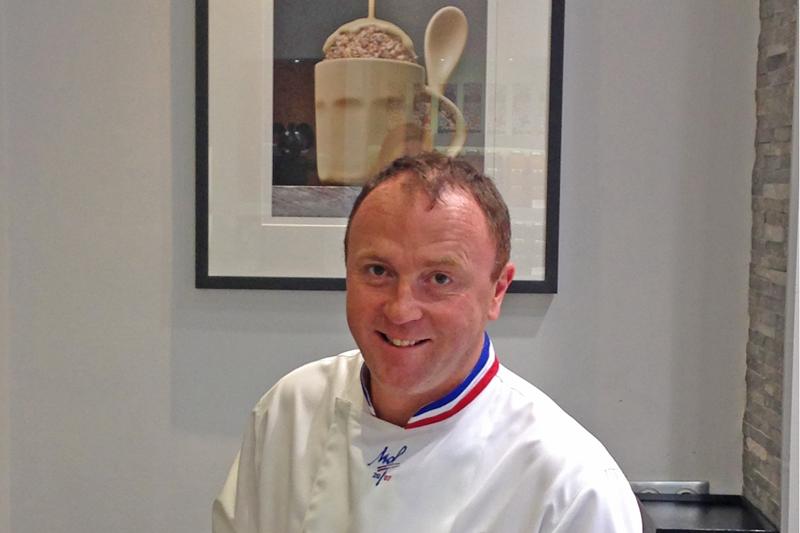 Arnaud Larher: Ένας Βρετόνος maitre του γλυκού στη «Μεγάλη Βρεταννία» - Χρυσοί Σκούφοι