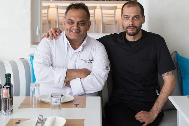 Ο Χρήστος Αθανασιάδης με τον chef de cuisine του «Nesaea» Δανιήλ Παπατριανταφύλλου