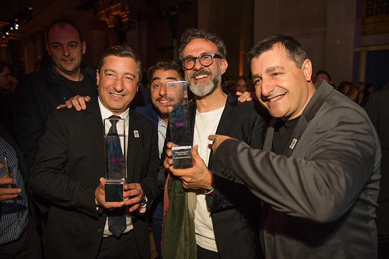 Ο Massimo Bottura ανάμεσα στους αδελφούς Roca που κατέλαβαν τη δεύτερη θέση