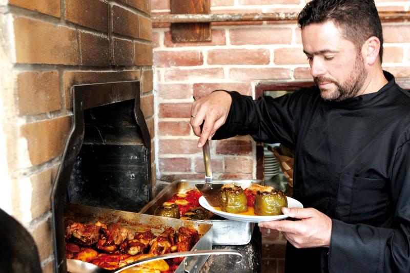 Τρία πρόσωπα  της κρητικής κουζίνας - Χρυσοί Σκούφοι