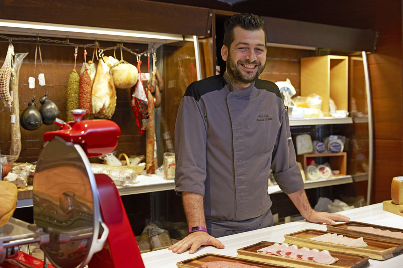 Σώφρων, ευτυχής μοντερνισμός στη ροδίτικη κουζίνα - Χρυσοί Σκούφοι