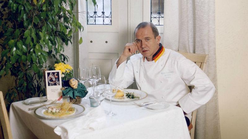 Ο Κλάους Φώγιερμπαχ  στον «Κουκούμαβλο» στη Σαντορίνη - Χρυσοί Σκούφοι