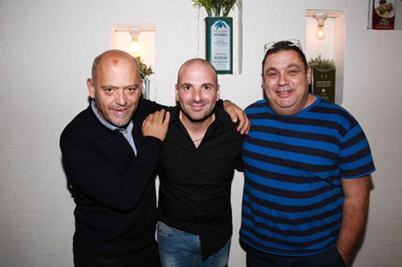 Ο Στέλιος Παρλιάρος (αριστερά) και ο Χριστόφορος Πέσκιας (δεξιά) συμμετέχουν και φέτος στο φεστιβάλ, με την λίστα των guests του Τζορτζ Καλομπάρης (κέντρο) να περιλαμβάνει πολλούς ακόμη δυνατούς Έλληνες σεφ και bartenders