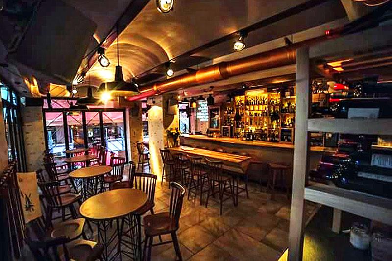 "H ""Grappa"" είναι ένα πολύ ξεχωριστό bar στην ανεβασμένη σκηνή του Βόλου.  - Χρυσοί Σκούφοι"