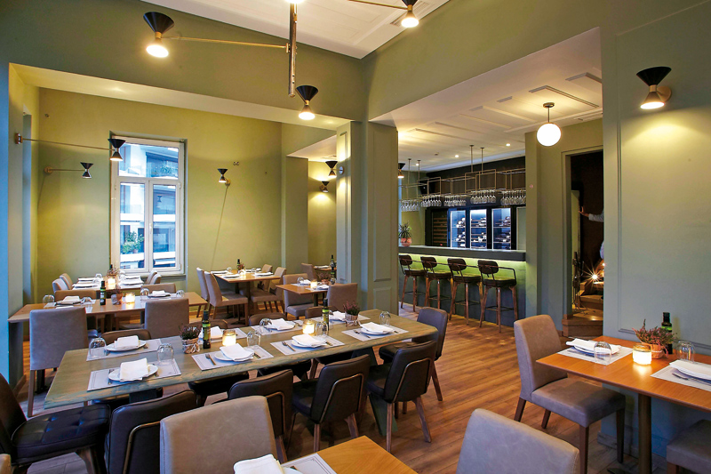 Η Νέα Ελληνική κουζίνα του «Balcony» αρέσει πολύ σε Έλληνες και ξένους  - Χρυσοί Σκούφοι