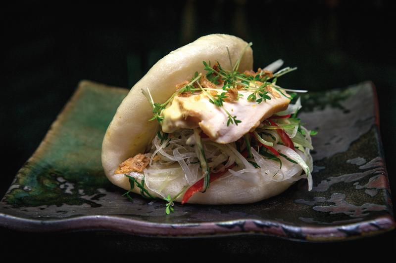 Τα ασιατικά ψωμάκια bao,  όπως αυτό του «Oozora», δένουν streetfood και fine dining  - Χρυσοί Σκούφοι