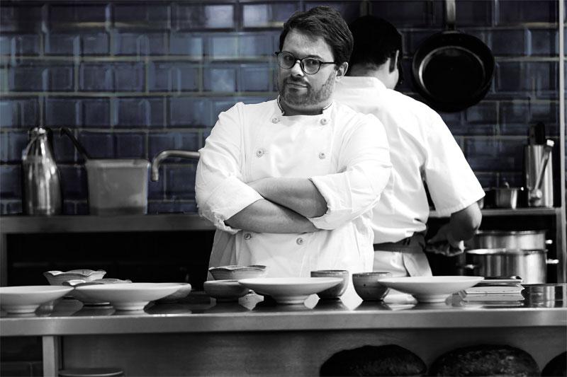 Isaac McHale: Το αστέρι της νέας βρετανικής σκηνής μαγειρεύει στην Αθήνα  - Χρυσοί Σκούφοι