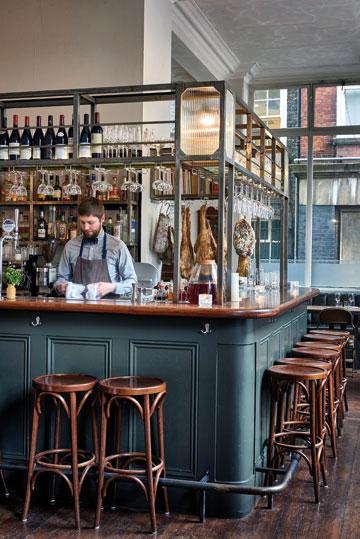 Τα  ωραία κρασιά και τα νόστιμα μεζεδάκια μαζί με τη θέρμη αυτού του μπαρ, το κάνουν δημοφιλέστατο hot spot στο Λονδίνο.