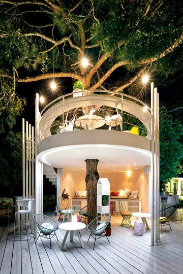 Το εντυπωσιακό «Treehouse» στο «Ekies All Senses Resort» (Χαλκιδική) με την υψηλή «γαλανόλευκη» κουζίνα