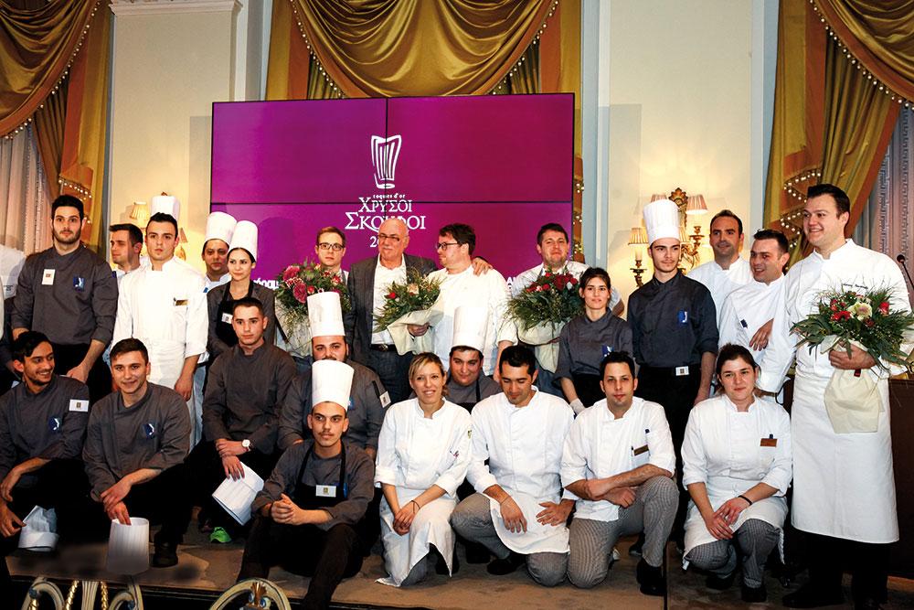 Η βραδιά έκλεισε πανηγυρικά με τον Δημήτρη Αντωνόπουλο να καλεί στη σκηνή τον guest chef Isaac McHale και την ομάδα του αλλά και την πολυπληθή μπριγάδα του Σωτήρη Ευαγγέλου στη «Μεγάλη Βρεταννία», με επικεφαλής τους σεφ Αστέριο Κουστούδη και Αλέξανδρο Κοσκινά