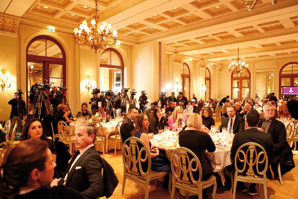 Στο κατάμεστο Grand Ballroom της «Μεγάλης Βρεταννίας» η τελετή των 24ων Χρυσών Σκούφων έχει μόλις ξεκινήσει