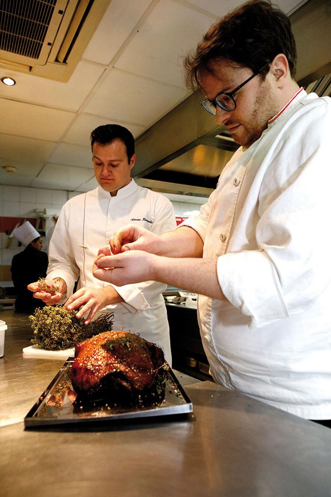 Ο Isaac McHale (δεξιά) και ο Αστέριος Κουστούδης (σεφ του «GB Roof Garden») καρυκεύουν την εξαιρετική πάπια.