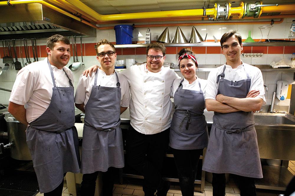 Ο McHale (κέντρο) με την ομάδα του ήρθαν από το Λονδίνο για να μαγειρέψουν στους Χρυσούς Σκούφους. Από αριστερά: Paul Thomas Quin, Chase Lovecky, April Lily Patridge, Αλέξανδρος Χρυσαφίδης.