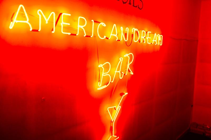 Το μεθυστικό Αμερικάνικο Όνειρο συναρπάζει την Αθήνα.  - Χρυσοί Σκούφοι