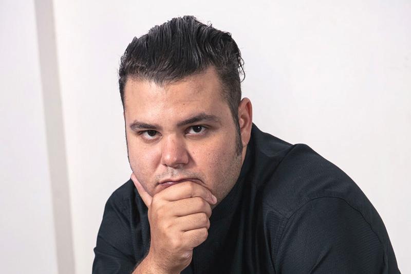 Ξεκινάει ο Άνταμ Κοντοβάς στο «Mylos» της Σαντορίνης - Χρυσοί Σκούφοι