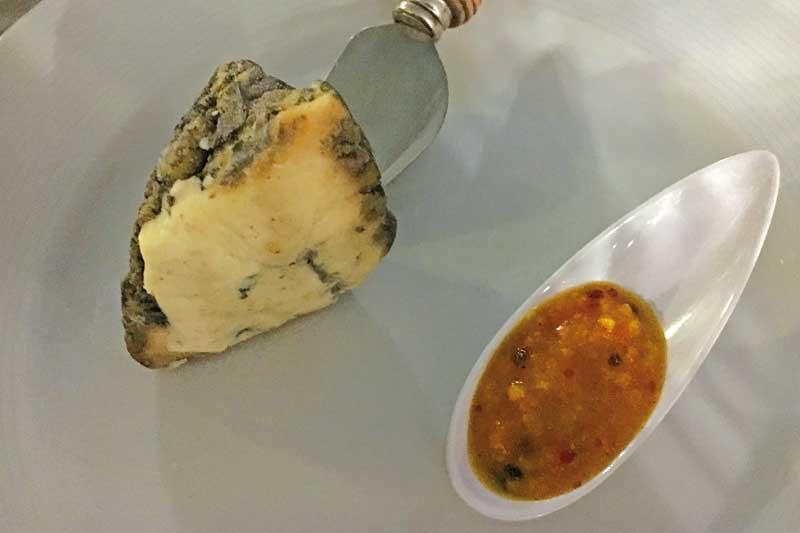 Είναι μπλε τυρί και ωριμάζει σε κολοκύθα στην Τήνο! - Χρυσοί Σκούφοι