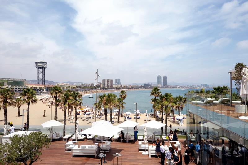 Από τη βεράντα του ξενοδοχείου «W»,  όπου έγινε το πάρτι για τη 15η επέτειο των World's 50 Best Restaurants, η θέα στην πλαζ της Βαρκελώνης είναι προκλητική