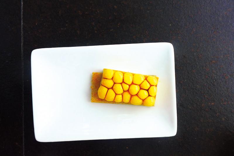 Tapas από το εστιατόριο «Disfrutar»: φινετσάτη τάρτα τατέν με φουαγκρά  και σφαιροποιημένο καλαμπόκι