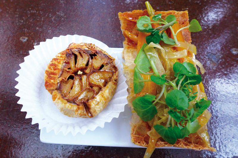 Tapas από το εστιατόριο «Suculent»:  φανταστικό ψητό καραμελωμένο  σκόρδο να το στύβεις πάνω από  «μπρουσκέτα» λαχανικών escabeche