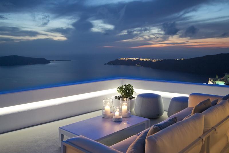 Ioύλιος με Vintages and Vistas στο «Grace Santorini» - Χρυσοί Σκούφοι