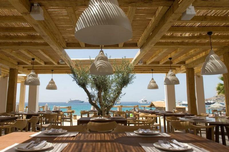 Το προχώ κυριακάτικο τραπέζι του Αθηναγόρα στο ολοκαίνουργιο «Branco» της Μυκόνου - Χρυσοί Σκούφοι