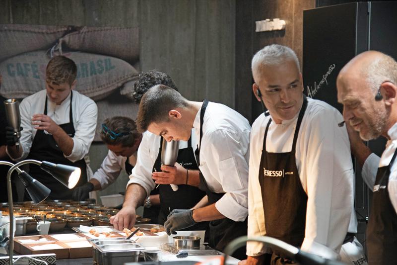 Ο Άγγελος Λάντος και ο Στέλιος Παρλιάρος μοιράστηκαν την κομψή κουζίνα του Atelier Nespresso - Χρυσοί Σκούφοι