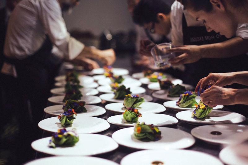 Ο Μassimo Bottura συγκέντωσε 60 κορυφαίους σεφ με σκοπό να μετατρέψουν τα περισσεύματα τροφίμων που προορίζονταν για τα σκουπίδια σε γκουρμέ γεύματα για τους άστεγους και τους πρόσφυγες - Χρυσοί Σκούφοι