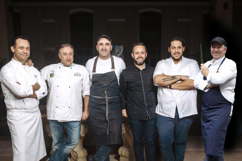 Από αριστερά προς τα δεξιά: Οι Απόστολος Αλτάνης, Γιάννης Μπαξεβάνης, Σωτήρης Ευαγγέλου, Γιάννης Παρίκος, Αθηναγόρας Κωστάκος και Έκτορας Μποτρίνι θα μαγειρέψουν το μενού της τελετής των Βραβείων Ελληνικής Κουζίνας στη Θεσσαλονίκη
