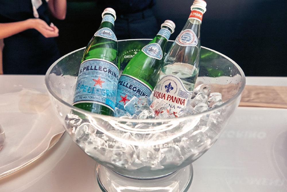 Τα γαστρονομικά νερά που προτείνει η Διεθνής Ένωση Οινοχόων, το ελαφρώς ανθρακούχο S.Pellegrino από την καρδιά των Ιταλικών Άλπεων και το φυσικό βελούδινο Acqua Panna από την Τοσκάνη, συνόδευσαν το δείπνο.