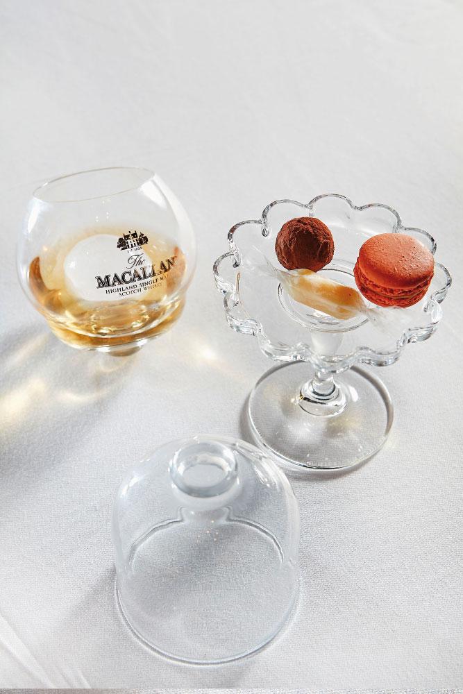 Macallan Rare Cask σε perfect serve και γλυκές μπουκιές (τρούφα με σοκολάτα Μαδαγασκάρης, μπον-μπον λευκής σοκολάτας με λάιμ, μακαρόν καραμέλας) – όλες αρωματισμένες με single malt whisky Macallan.