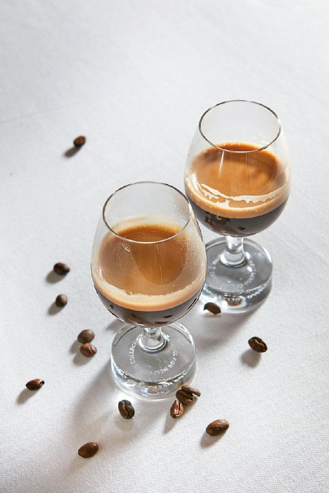 Δύο premium καφέδες της Nespresso –Nepal Lamjung και Kilimanjaro Peaberry– φτιαγμένοι για εστιατόρια με αστέρι Michelin και Χρυσό Σκούφο.