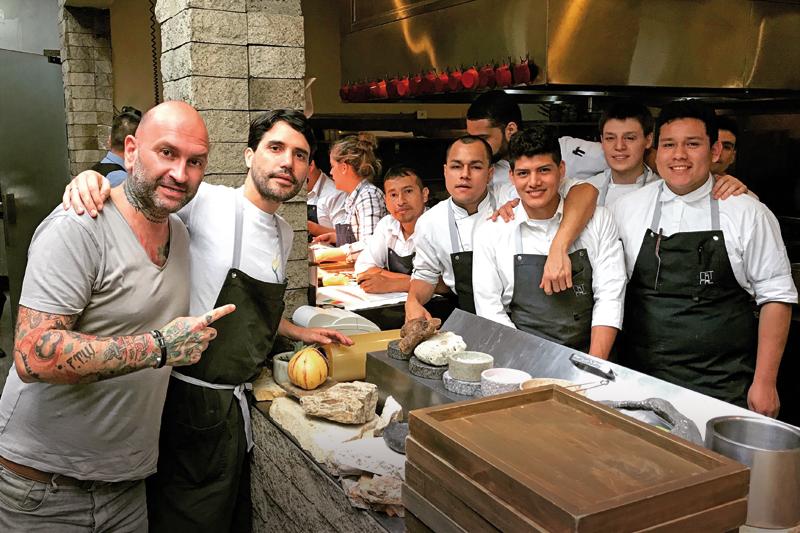 Ο Δημήτρης Κατριβέσης δίπλα στον Βιργκίλιο Μαρτίνες και τους σεφ του «Central», Νο 5 στα World΄s 50 Best Restaurants. Η Λατινική Αμερική παίζει δυνατά στην παγκόσμια γαστρονομία. - Χρυσοί Σκούφοι