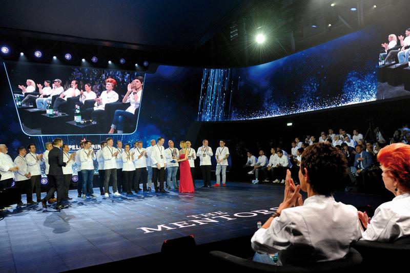 Οι «7 σοφοί» κριτές, οι 21 μέντορες και οι 21 διαγωνιζόμενοι σεφ στη σκηνή για την ανακοίνωση του νικητή του διαγωνισμού.