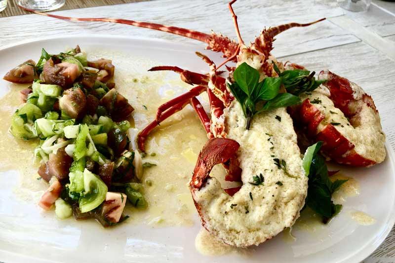 Στην «Τομάτα» απολαμβάνεις μια προσωπική κουζίνα που ενώνει τη Μεσόγειο - Χρυσοί Σκούφοι