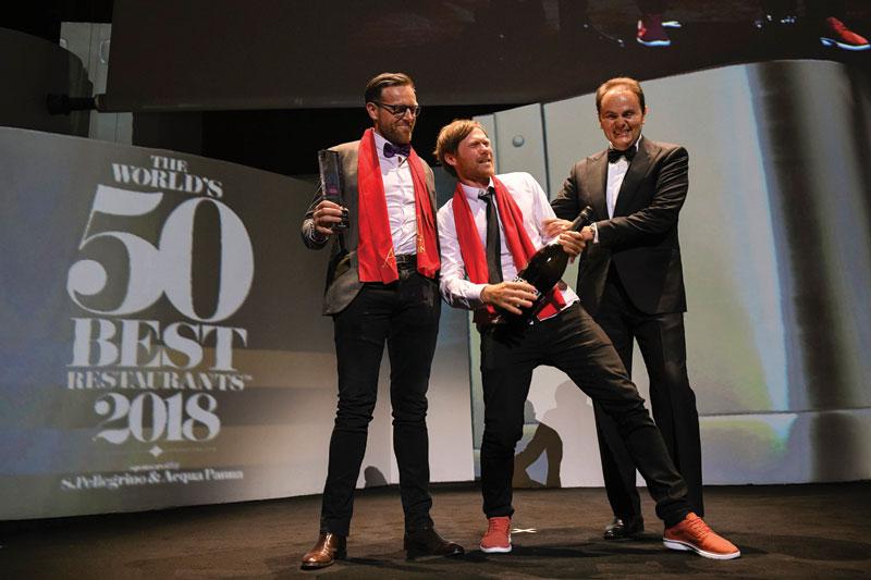 Ο Rasmus –«Geranium»– Kofoed ροκάρει με το βραβείο καλύτερου σέρβις στον κόσμο, έχοντας στα αριστερά του τον συνεταίρο του Soren Ledet.