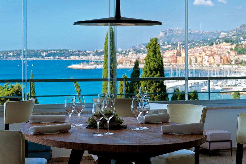 Η θέα στη Menton από το «Mirazur»,  το Νο 4 στα World's 50 Best Restaurants, είναι φανταστική!