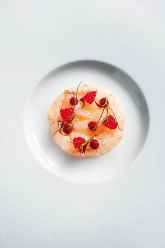 Οι περίφημες φινετσάτες γαρίδες του Σαν Ρέμο με  κόκκινα φρούτα.