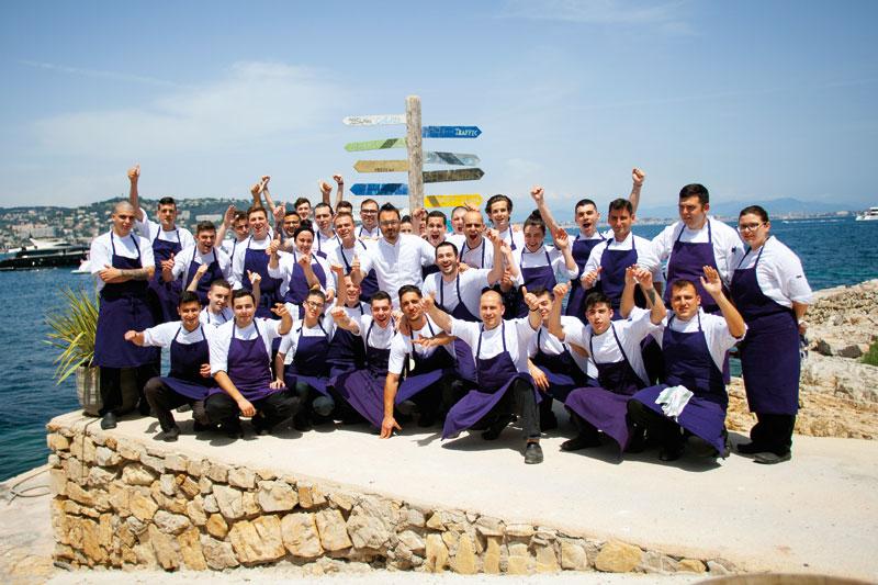 Ο σεφ Γιάννης Κιόρογλου, επικεφαλής μιας  μπριγάδας Ελλήνων σεφ που μαγειρεύει διαμαντάκια  στην Κυανή Ακτή.